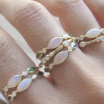 bague-opale-blanche-mains